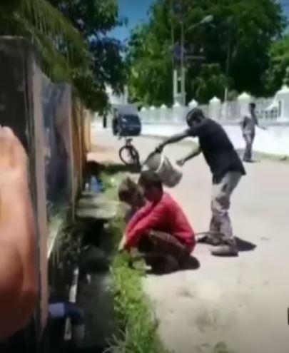 Pasangan mesum di Aceh dimandikan dengan air got.