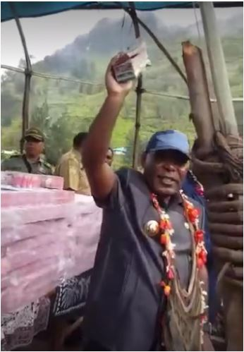 Video Bupati Yahukimo Abock Busup membagikan Dana Desa secara tunai kepada masyarakat