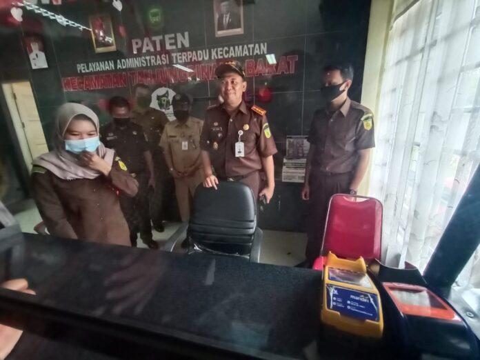 Kejari Tanjungpinang Joko Yuhono saat meninjau loket pengambilan tilang di kantor camat Tanjungpinang Barat (suryakepri.com/muhammad Bunga Ashab)