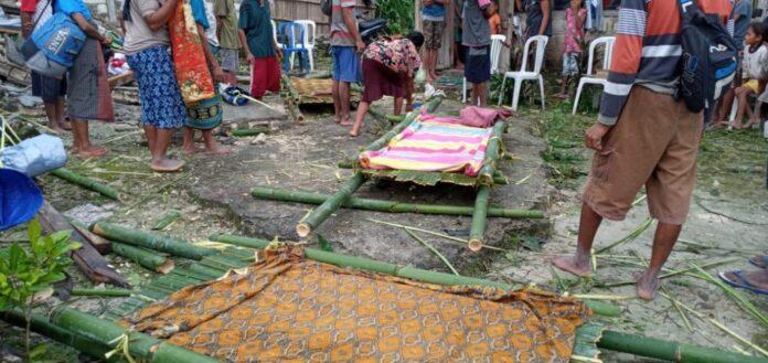 Jemaat Hosana Naiotel yang terisolir sedang membuat tandu evakuasi korban meninggal dunia. (Foto: Sinode GMIT)