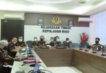 Kajati Kepri Hari Setiyono bersama pejabat utamanya mengikuti sosialisasi dari Wakil Jaksa Agung secara virtual di kantornya (Suryakepri.com)