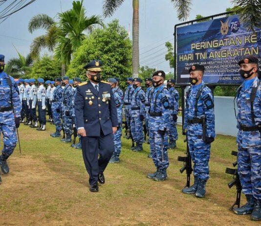 Asisten Personel Komando Gabungan Wilayah Pertahanan (Kogabwilhan) I Marsekal Pertama TNI Bejo Suprapto, memimpin Upacara Peringatan ke-75 TNI Angkatan Udara (AU) di Lanud RHF (Suryakepri.com)