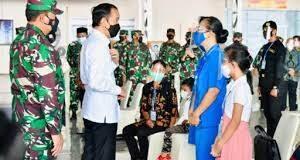 Presiden Joko Widodo (Jokowi) bersilaturahmi dengan perwakilan keluarga Awak KRI Nanggala-402 di Hanggar Lanudal Juanda, Sidoarjo, pada Kamis, (29/4/2021).