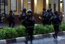 Pasukan Brimob Polri melakukan penyisiran dan penjagaan ketat usai penyerangan teroris di Mabes Polri, Jakarta Selatan, Rabu (31/3/2021).