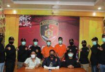 Kasat Reskrim Polresta Banda Aceh, AKP Ryan didampingi Kanit Jatanras dan Kanit Reskrim Polsek Syiah Kuala menghadirkan pembegal mahasiswi USK dan penadah handphone curian pasca ditangkap Senin (26/4/2021) malam.