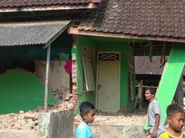 Sejumlah warga beraktivitas di depan rumah yang mengalami kerusakan akibat dampak dari Gempabumi Selatan Malang M 6,1 di Kabupaten Malang, Sabtu (10/4). (BPBD Kabupaten Malang)