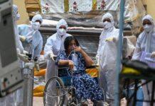 Pasien covid-19 di India menggunakan oksigen. Obat Covid-19 dan Oksigen Langka Di Rumah Sakit, Warga India Berburu ke Pasar Gelap