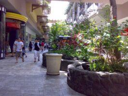 Bagian dalam Ala Moana, pusat perbelanjaan terbesar di Hawaii yang berkonsep open air mall. (courtesy of Masayuki (Yuki) Kawagishi)