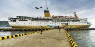Kapal Pelini Bersandar di Pelabuhan