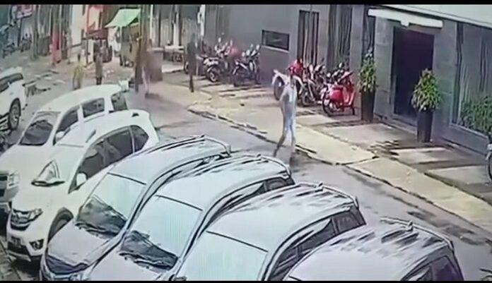 Rekaman CCTV aksi pengeroyokan yang menewaskan satu anggota Brimob di Obama Cafe Jaksel. /Instagram@infokomando
