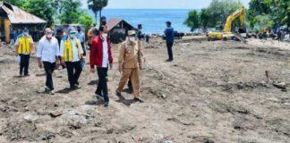 Presiden Joko Widodo meninjau Lokasi Bencana, yang terletak Desa Amakaka, Kecamatan ile Ape, Kabupaten Lembata, Nusa Tenggara Timur, Jumat (9/4/2021)/ investor.id
