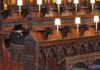 Ratu Elizabeth II duduk sendirian selama acara pemakaman Pangeran Philip di Kapel St. George / Kompas.com