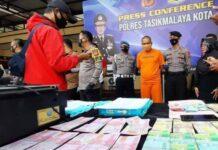 Ratusan lembar uang palsu disita dari tersangka TN (44), tukang es krim keliling di Kota Tasikmalaya. Uang palsu itu dibuat dengan menggunakan printer dan kertas HVS