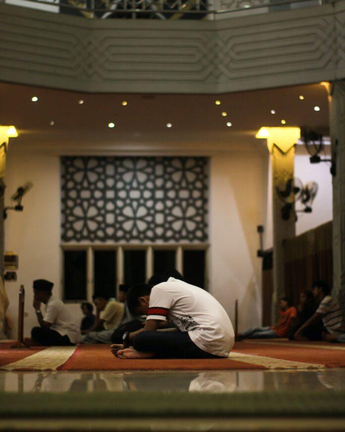 Ilustrasi beribadah di mesjid (unsplash.com)