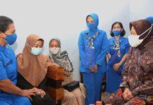 Mensos Risma mengunjungi keluarga korban KRI Nanggala 402 di Jalan Rencong 2 No 9 Sidoarjo, memberikan mainan anak, handphone, tablet, alat disabilitas serta akan mengirimkan paket sembako.
