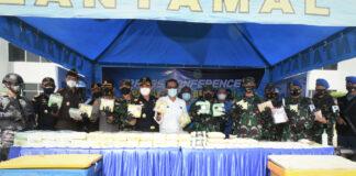 Panglima Koarmada I Laksamana Muda TNI A. Rasyid K saat merilis penangkapan dua pelaku penyeludup sabu di Mako Lantamal I Belawan, Medan, Sumatera Utara (Suryakepri.com)