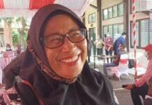 Kusminih, satu di antara warga saat mendapat uang ganti rugi pembangunan proyek Petrochemical Complex Jabar di Kantor Kementerian Agraria dan Tata Ruang/Badan Pertanahan Nasional (ATR/BPN) Kabupaten Indramayu, Jumat (16/4/2021).