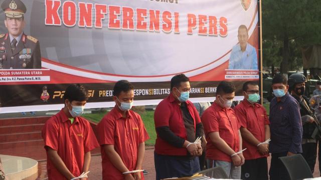 Para tersangka kasus tes antigen bekas Kimia Farma di Bandara Kualanamu. (Rahmat Utomo/kumparan)