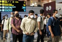 Warga Negara India yang sedang menunggu kepulangan di Terminal 3 Bandara Soekarno-Hatta, Minggu (25/4/2021).