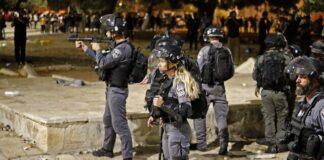 Pasukan keamanan Israel ditempatkan di sebelah masjid Dome of the Rock di tengah bentrokan dengan pengunjuk rasa Palestina di kompleks Temple Mount di Yerusalem, pada 7 Mei 2021 (Ahmad GHARABLI / AFP)