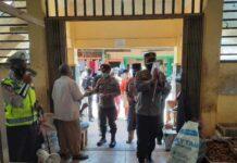 Corona di Lingga Melonjak, Polres Lingga Perketat Protokol Kesehatan di Titik Keramaian. Foto Polres Lingga bersama Dinkes dan Camat Singkep pantau protokol kesehatan dan membagikan masker di Pasar Dabo Singkep, Kabupaten Lingga, Selasa (4/5/2021)