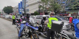 Polri Sat Lantas Jakarta Pusat menilang pengendara Moge atau motor ber cc besar, Sabtu (29/5/2021). (Foto: twitter @TMCPoldaMetro)