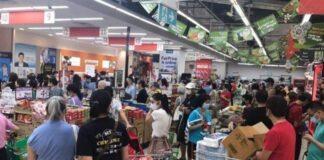 Kerumunan warga belanja di satu di antara Supermarket di Singapura