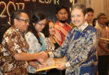 Kepala Kantor Wilayah (Kakanwil) Direktorat Jenderal Pajak (DJP) Riau Kepri tahun 2018, Jatnika saat menyerahkan piagam penghargaan kepada Direktur Keuangan ATB, Asriel Hay. Apresiasi sebagai pembayar pajak terbesar untuk kategori perusahaan/badan yang diterima ATB, yang masuk dalam 100 perusahaan pembayar pajak terbesar yang dipilih KPP Madya Batam.
