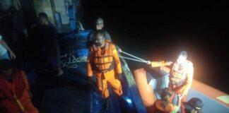 Foto Proses Evakuasi Kapal Mati Mesin: Tim SAR selamatkan 5 penumpang kapal SKPT Natuna yang alami mati mesin di Perairan Laut Subi, Rabu (19/5/2021) malam