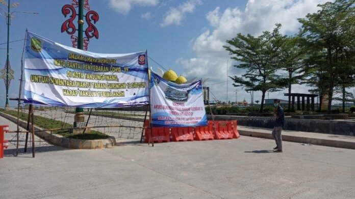 Foto suasana depan akses masuk Taman Bermain Gurindam 12 di Tanjungpinang yang telah ditutup sementara, Selasa (25/5/2021)