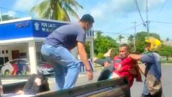 Pick up Tabrak Motor di Depan Pos Lantas Lingga, 2 Korban Dilarikan ke Rumah Sakit. Foto proses evakuasi korban laka lantas di Simpang Lampu Merah, Jalan Kartini, Dabo Singkep, Kabupaten Lingga, Minggu (30/5/2021)