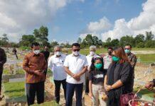 Foto Kepala Staf Presiden Moeldoko bersama Gubernur Kepri Ansar Ahmad Ziarah ke Makam Birgaldi Sinaga di TPU Sei Tamiang