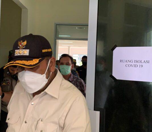 Bupati Karimun Aunur Rafiq saat meninjau ruang perawatan pasien Covid-19 di RSUD Tipe D Tanjungbatu, Kundur, Minggu (16/5/2021). Foto Suryakepri.com/YAHYA