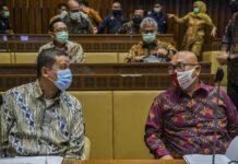 Plt Ketua KPU Ilham Saputra (kanan) berbincang dengan Ketua DKPP KPU Muhammad (kiri) sebelum raker dengan Komisi II DPR di Kompleks Parlemen, Senayan, Jakarta, Selasa (19/1/2021). foto: ANTARA/KC