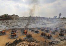 Tumpukan kayu pemakaman dua puluh lima korban COVID-19 dibakar di krematorium terbuka di tambang granit di pinggiran Bengaluru, India, Rabu (5/5/2021).(*/AP PHOTO)