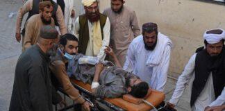 Orang-orang mendorong tandu yang membawa korban terluka dalam ledakan bom selama unjuk rasa pro-Palestina, di mana 6 orang tewas dan 14 lainnya luka-luka, di Chaman provinsi Balochistan Pakistan pada Jumat (21/5/2021). (AFP/KC)