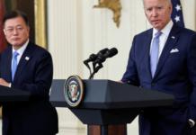 Presiden Joe Biden dan Presiden Korea Selatan Moon Jae-in mengadakan konferensi pers bersama setelah seharian rapat di Gedung Putih [Jonathan Ernst / Reuters via Al Jazeera]