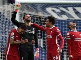 Penjaga gawang Liverpool asal Brazil, Alisson Becker, kedua dari kiri, merayakan golnya, yang merupakan gol kedua timnya untuk memastikan kemenangan 2-1 di stadion The Hawthorns di West Bromwich [Rui Vieira / AFP]