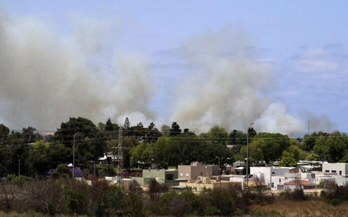 Asap mengepul di sebuah komunitas di Israel selatan setelah dihantam oleh roket yang ditembakkan dari Jalur Gaza, Kamis 20 Mei 2021. (Foto AP / Ariel Schalit via Times of Israel)