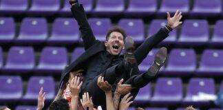 Para pemain Atletico Madrid melontarkan pelatih mereka, Diego Simeone, ke udara setelah mereka memastikan menjadi juara LaLiga 2020/21. Simeone mempersembahkan gelar LaLiga pertama mereka dalam tujuh tahun terakhir.(Foto dari Skysports)