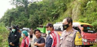 Kapolsek Sumarorong Iptu Hendrik saat berada di TKP. Sebuah mini bus terjun ke sungai di Poros Polewali-Mamasa, tepatnya Kecamatan Messawa, Kabupaten Mamasa, Selasa (4/5/2021) dini hari.