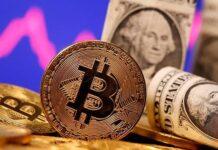 FOTO FILE: Representasi mata uang virtual Bitcoin dan uang kertas US One Dollar terlihat di depan grafik saham dalam ilustrasi yang diambil pada 8 Januari 2021. REUTERS / Dado Ruvic