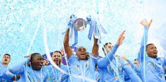 Kapten Manchester City Fernandinho mengangkat trofi Liga Premier Inggris 2020/21. (Foto dari MEN Sport)