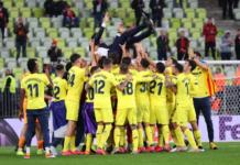 Para pemain Villareal membubungkan pelatih mereka, Unay Emery, ke udara, setelah menaklukan Manchester United di final Liga Eropa 2020/21. (Foto dari Uefa).