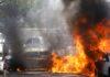 Sejumlah mobil di Israel terbakar setelah roket yang diluncurkan dari Jalur Gaza mendarat di dekatnya, di Ashkelon, Israel selatan 11 Mei 2021. (Foto: REUTERS / Nir Elias)