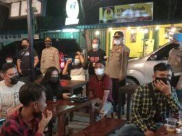 Petugas memberikan teguran dan mengimbau masyarakat di salah satu kafe di wilayah Bengkong, Kota Batam.