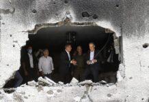 Menteri Luar Negeri Jerman Heiko Maas dan mitranya dari Israel Gabi Ashkenazi (tengah) mengunjungi sebuah gedung yang terkena tembakan roket Hamas dari Gaza, pada 20 Mei 2021, di Petah Tikva. (Gil COHEN-MAGEN / AFP via Times of Israel)