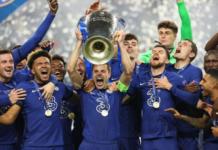 Kapten Chelsea Cesar Azpilicueta mengangkat trofi Liga Champions 2020/21 usai timnya mengalahkan Manchester City di Final.