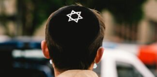 Seorang pria Yahudi mengenakan kippa di kepalanya. (Ying Tang / Getty Images via Times of Israel)