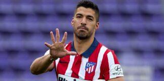 Luis Suarez menunjukkan lima jari usai membawa Atletico Madrid menjuarai LaLiga 2020/21. Itu sebagai simbol dirinya telah memenangkan Liga gelar LaLiga; empat kali bersama Barcelona dan yang kelima bersama Atletico Madrid. (Foto dari Sky Sports)